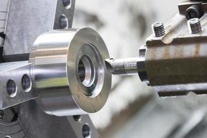 operator machinaal bewerken van matrijs en matrijsdeel door cnc-draaimachine foto