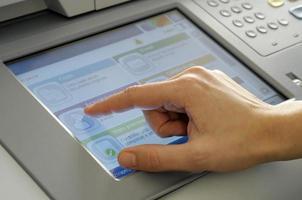 hand op touchscreen foto