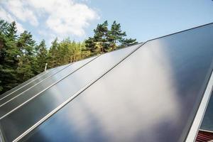 zonnepaneel op een rood dak foto
