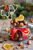 hazelnoten en kerstkruiden. foto