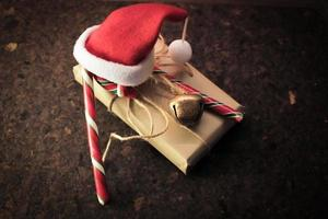 kerstcadeau met snoepstok foto