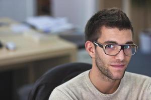 portret van een slimme een knappe jonge man in kantoor foto
