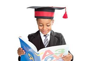 schooljongen die een boek leest foto