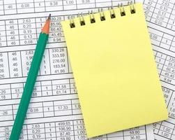 notebook op de achtergrond van cijfers foto