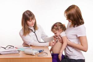 kinderarts die naar de ademstethoscoop van de baby luistert foto