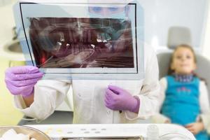 klein meisje in het kantoor van de tandarts foto