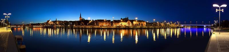 panoramisch uitzicht over de stad szczecin (stettin) 's nachts, polen.
