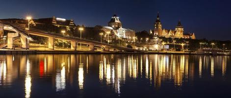 chrobry embankment in szczecin (stettin) stad bij nacht, polen.