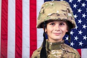jongen gekleed als een soldaat met Amerikaanse vlag foto