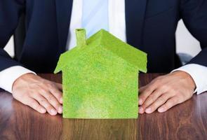 zakenman met milieuvriendelijk huis foto
