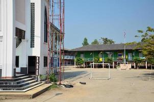 kinderen schoolgebouw op platteland in pathum thani thailand