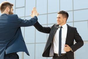 twee high-five collega's foto