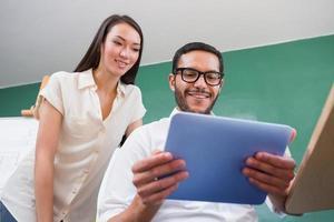 informele collega's met behulp van digitale tablet foto