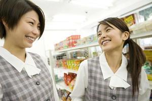 twee vrouwen socializen bij supermarkt foto