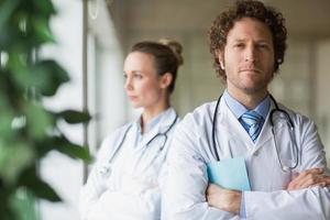 zelfverzekerde mannelijke arts foto
