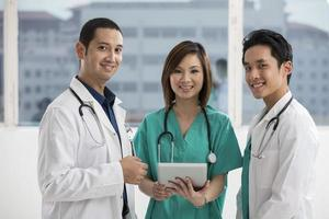 arts met behulp van een digitale tablet-pc. foto