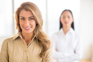 portret van mooie jonge zakenvrouw op kantoor foto