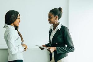 twee collega's praten over de inhoud op een tablet-pc foto