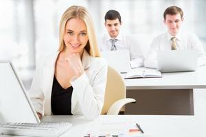 schattige zakenvrouw in een kantoor foto