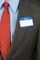 zakenman die leeg naamplaatje draagt foto