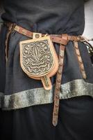 viking leren tas met zilverpatroon.