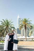 groep Arabische zakenmensen selfie te nemen buitenshuis foto