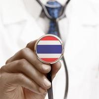 stethoscoop met nationale vlag conceptuele serie - Thailand foto