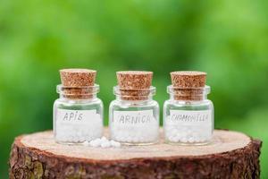flessen met homeopathiedruppeltjes foto