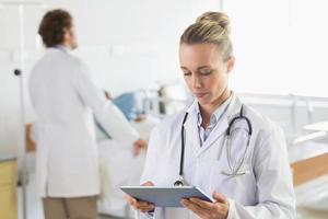 arts met behulp van digitale tablet foto