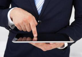 zakenman die digitale tablet in bureau gebruiken foto