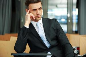 zakenman permanent op conferentiezaal foto