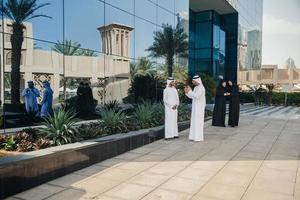 groep van Arabische zakenmensen buitenshuis foto