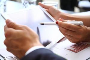 bedrijfspersoon die financiële statistieken analyseert die op het tabletscherm worden weergegeven foto