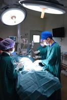 groep van veterinaire chirurgie in operatiekamer foto