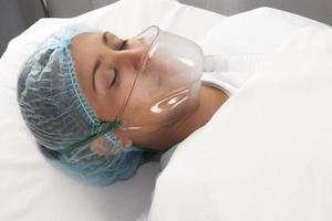 mooie patiënt krijgt verdoving foto