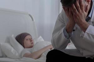 hulpeloze arts met zijn patiënt foto