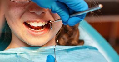 onderzoek door tandarts foto