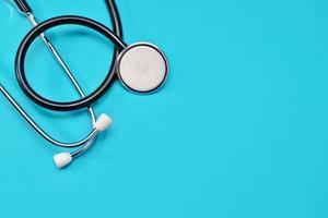 medische stethoscoop op een blauwe achtergrond