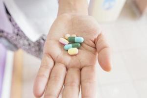 handen van de dokter met zes pillen foto