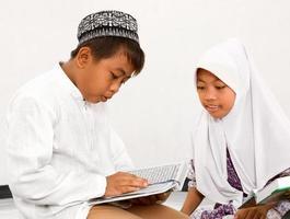 moslim kinderen lezen koran foto