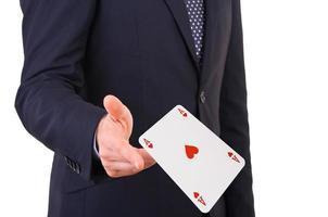 zakenman speelkaarten gooien. foto