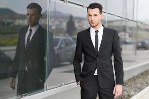 jonge zakenman in de buurt van een kantoorgebouw foto