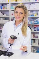 apotheker die geneesmiddelen scant foto