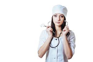 lachende vrouw van de arts met een stethoscoop. geïsoleerd op witte achtergrond foto