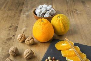 stukjes sinaasappel met kaneel en noten foto