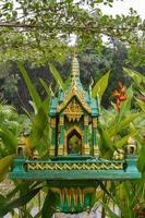 boeddhistisch altaar in de groene jungle foto