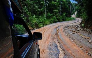 onverharde weg door jungle foto