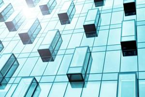 blauwe glazen balkons van corporate gebouw foto