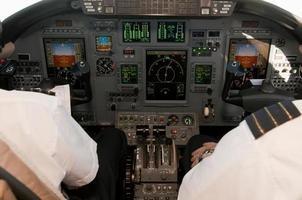 corporate jet cockpit-weergave met digitale instrumenten foto