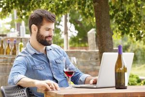 jonge man aan het werk in een wijngaard foto